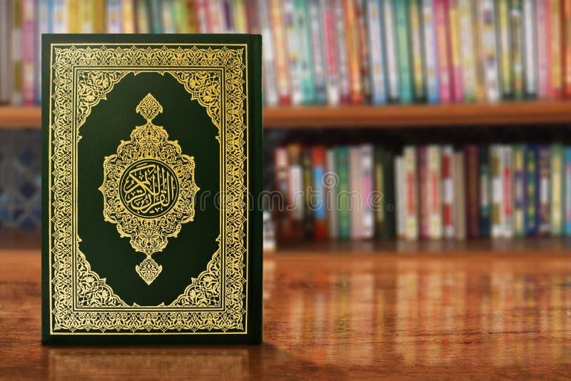 Koran ?wi?ta ksi?ga na stole zdjęcia stock