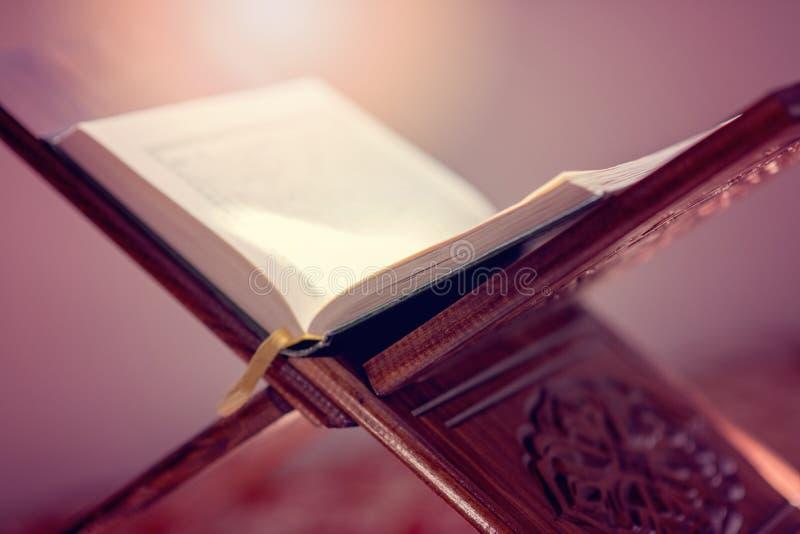 Koranen - helig bok av muslims för objekt för muselmaner offentliga allra i moské royaltyfri bild