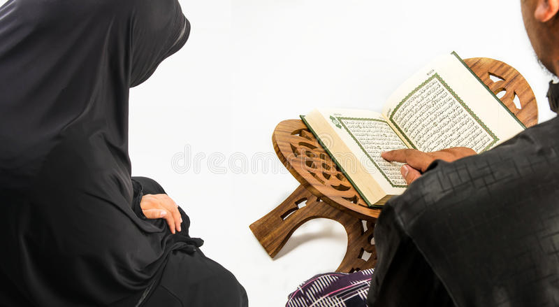 Koranen i handen - helig bok av muselmaner (offentliga muslims för objekt allra arkivfoton