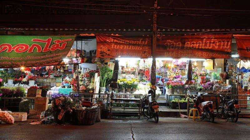 Nicht identifizierte Leute besuchen Mae-Kim-Heng Blumenmarkt stockbild