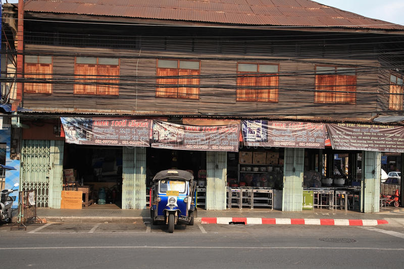 Circulez en voiture Tuk appelé par tricycle Tuk au magasin en bois local de bâtiment images libres de droits