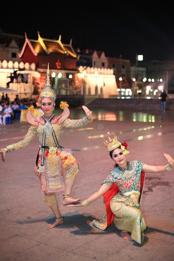 Le attrici con il bello vestito da scintillio eseguono il dramma tradizionale tailandese fotografia stock