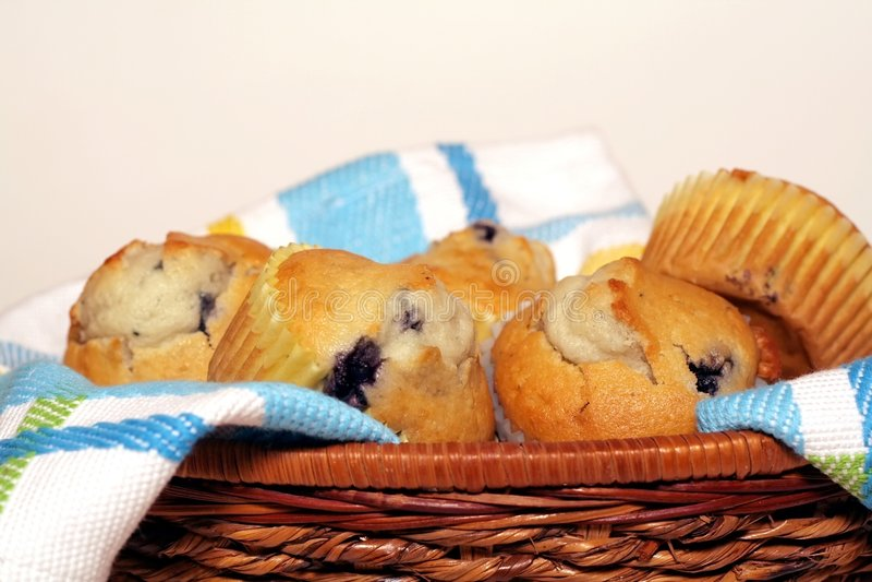 Korb der Muffins lizenzfreie stockbilder