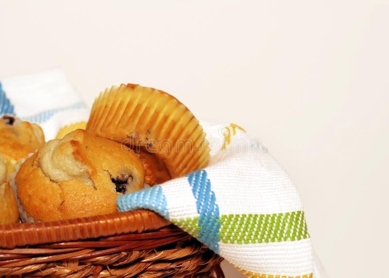 Korb der Muffins lizenzfreies stockbild