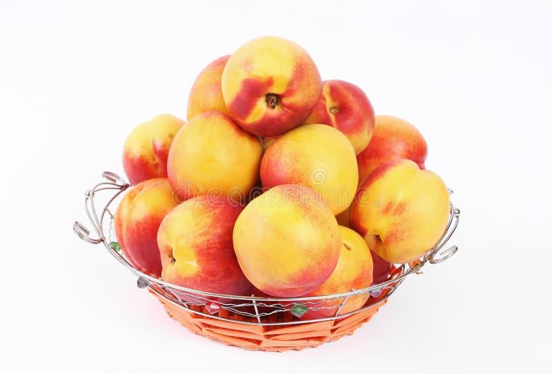 Korb der Pfirsiche stockbild
