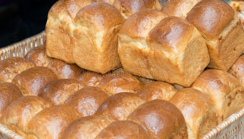 Korb des frischen Brotes stockfotografie