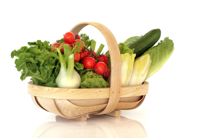 Korb des frischen Salat-Gemüses stockfotos