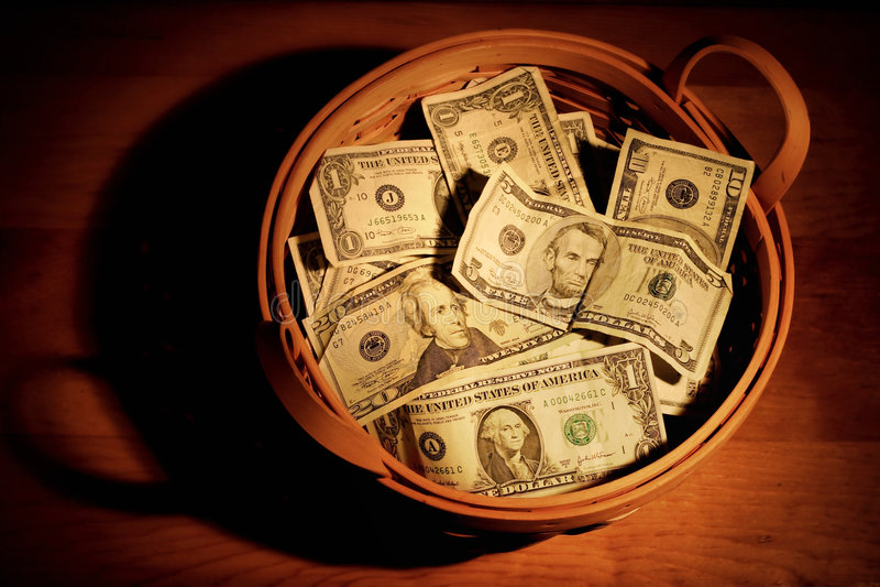 Korb des Geldes lizenzfreie stockfotos