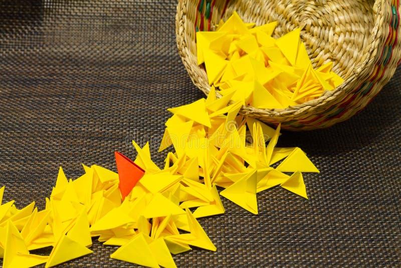 Korb des gesponnenen Strohs mit gelbem Papier stockfotos