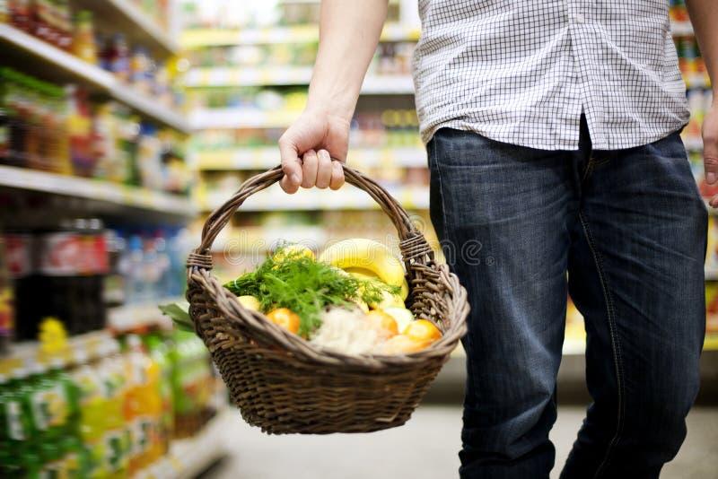 Korb gefüllte gesunde Nahrung stockbilder