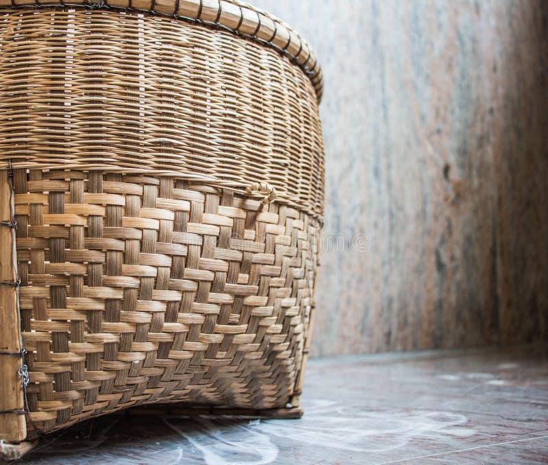 Korb gemacht vom Bambus gesetzt auf den Marmorboden stockfotografie