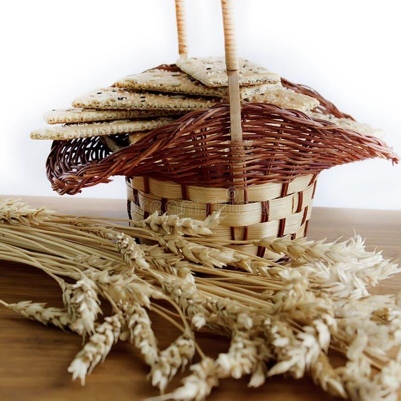 Korb mit Biskuit und Weizen stockbilder