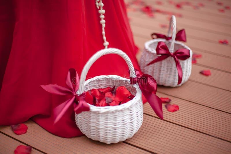 Korb mit den rosafarbenen Blumenblättern lizenzfreie stockfotografie