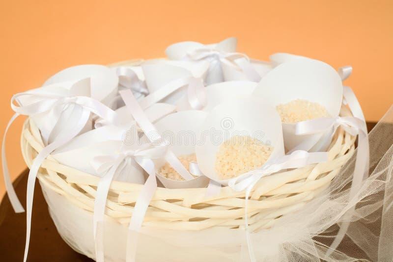 Korb mit den rosafarbenen Blumenblättern für die Heirat lizenzfreie stockfotos