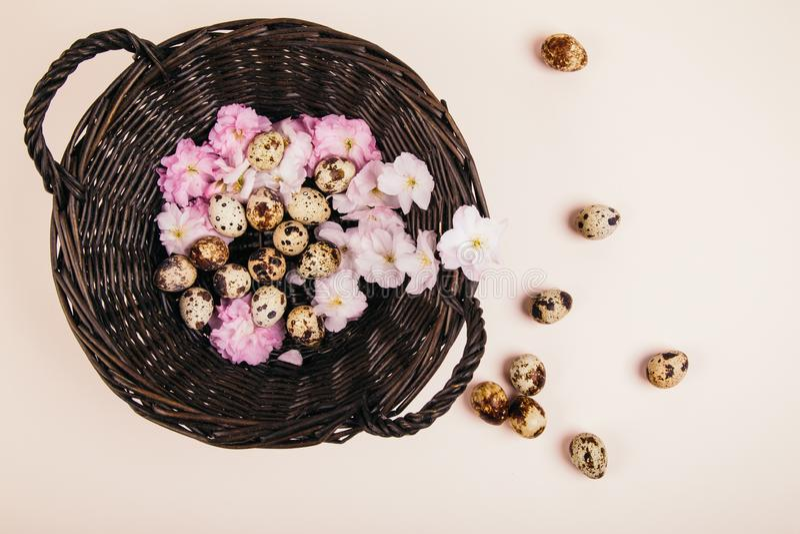 Korb mit Eiern und Blumen lizenzfreies stockbild