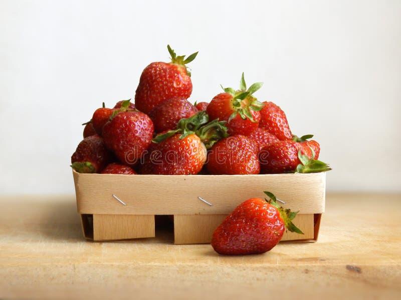 Korb mit Erdbeere, Draufsicht, über einen weißen Hintergrund lizenzfreies stockbild