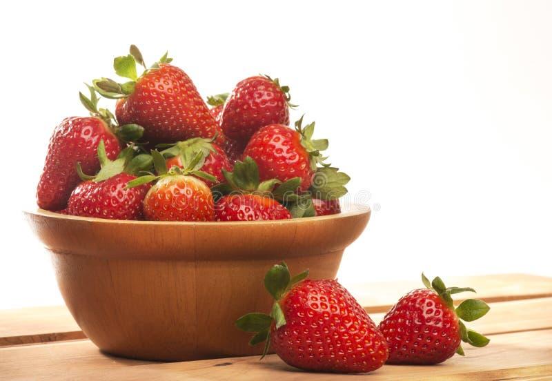 Korb mit Erdbeeren lizenzfreie stockbilder