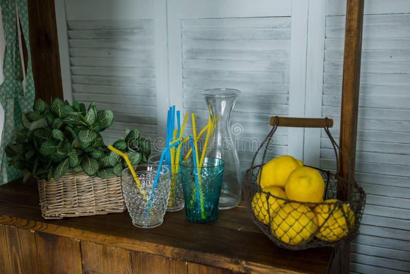 Korb mit gelben Zitronen auf dem Stand stockfotografie