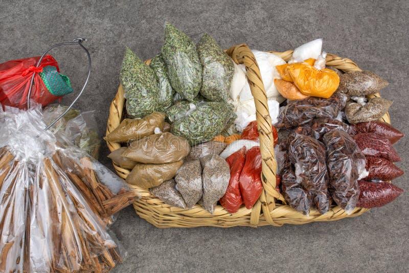 Korb mit getrockneten Gewürzen ist auf der Pflasterung Verkaufen Sie †‹â€ ‹auf den Straßen von Quito ecuador stockfotografie
