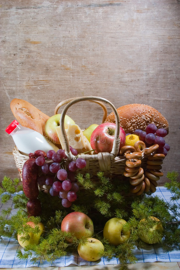 Korb mit Nahrung stockfotos