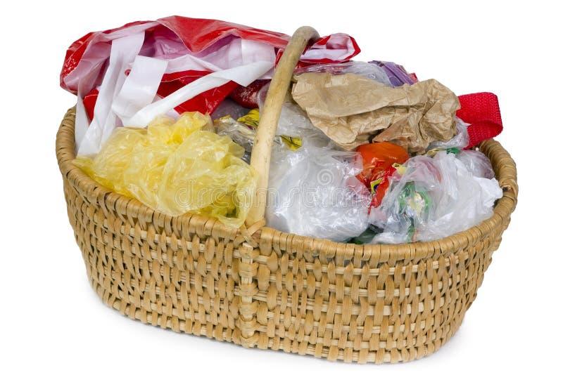 Korb mit Plastikabfall stockfoto