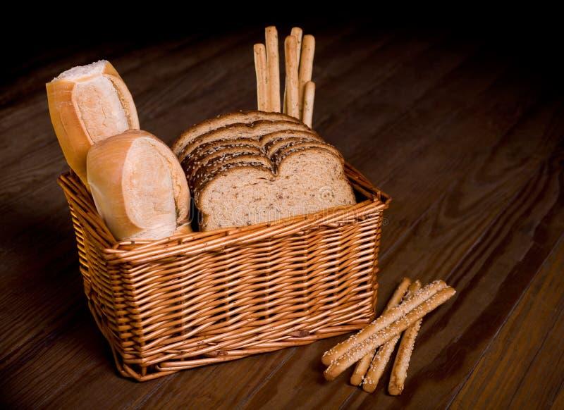Korb mit sortiertem Brot. stockbild