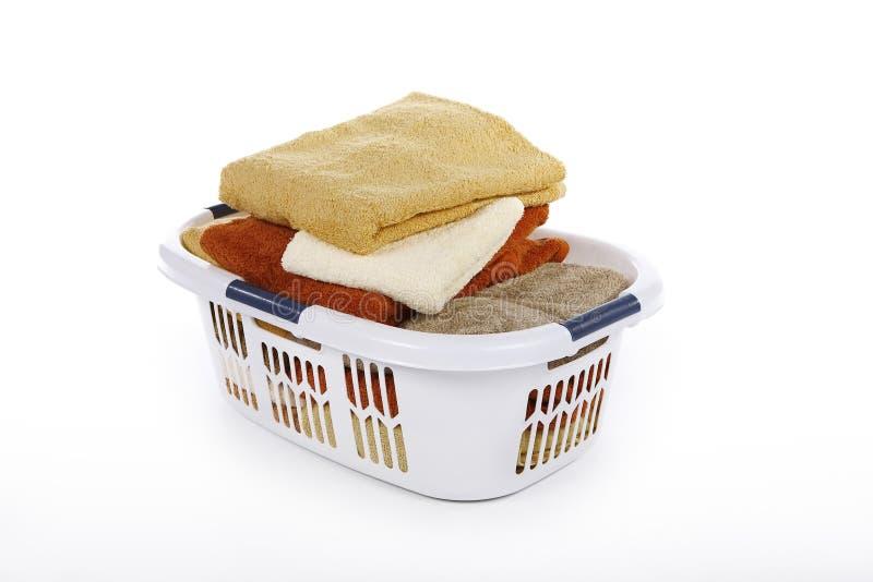 Korb mit Tüchern lizenzfreie stockfotografie