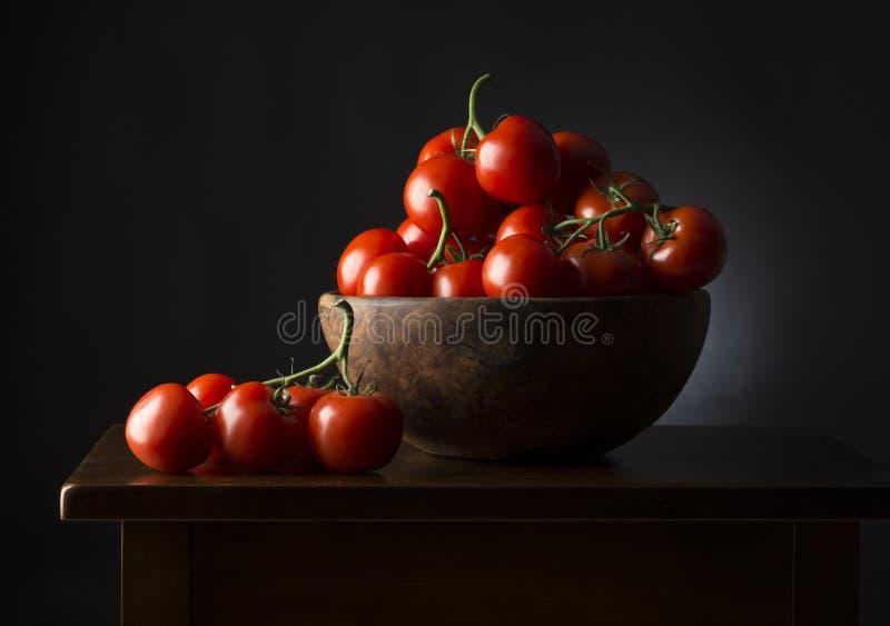 Korb mit Tomaten stockfotos