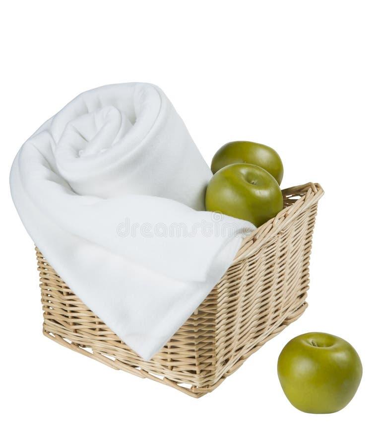 Korb mit Tuch und Äpfel lokalisiert auf weißem Hintergrund lizenzfreie stockbilder