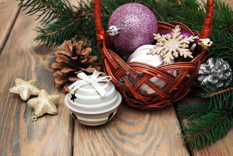 Korb mit Weihnachtsflitter stockbilder