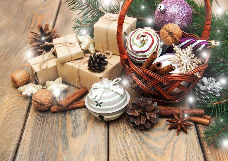 Korb mit Weihnachtsflitter stockfotos