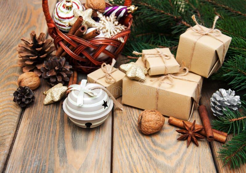 Korb mit Weihnachtsflitter lizenzfreie stockfotos