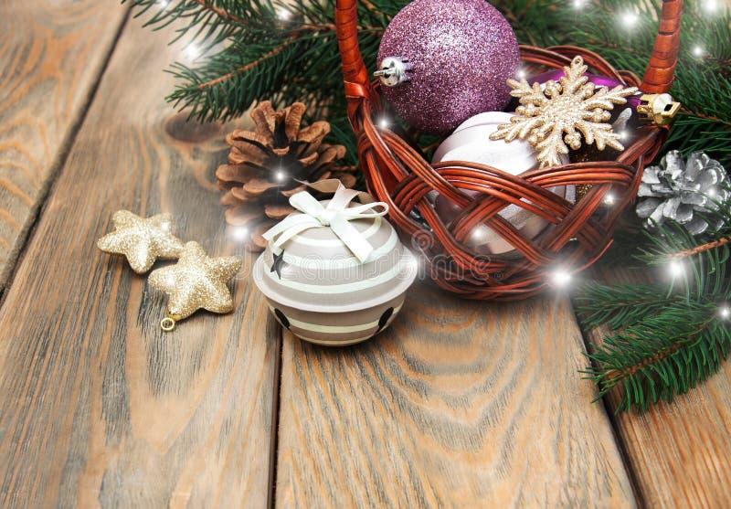 Korb mit Weihnachtsflitter stockfotografie