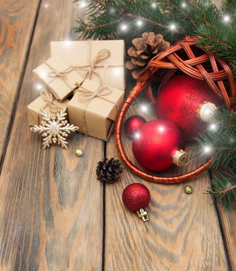 Korb mit Weihnachtsflitter lizenzfreie stockfotografie