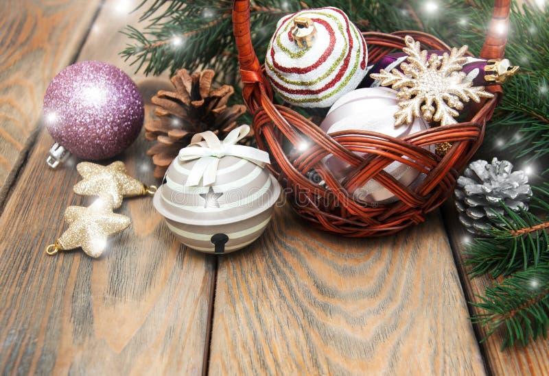 Korb mit Weihnachtsflitter lizenzfreies stockbild