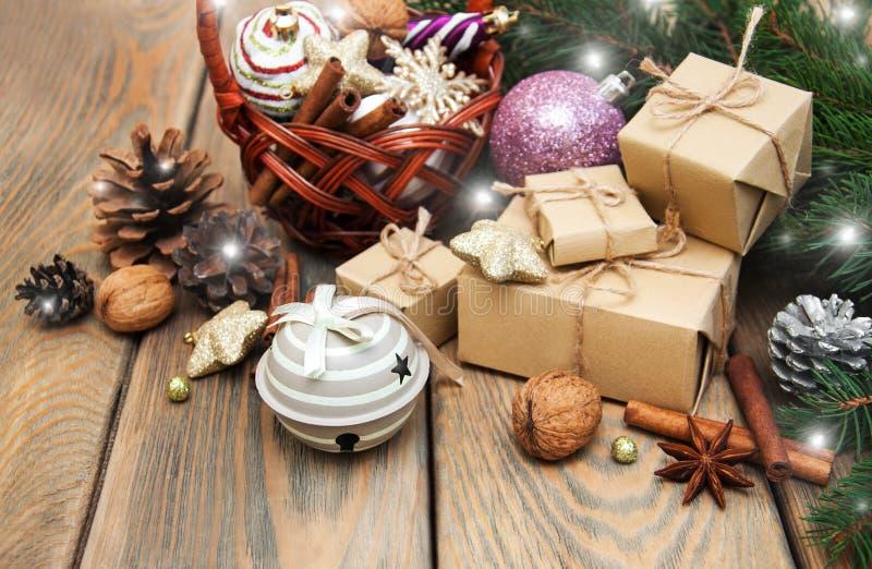 Korb mit Weihnachtsflitter lizenzfreies stockfoto