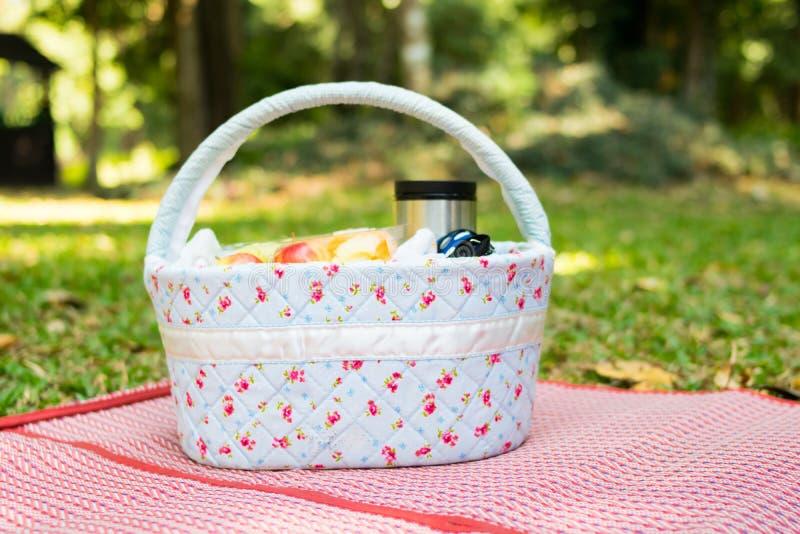 Korb Picknick an der Wiese stockbild