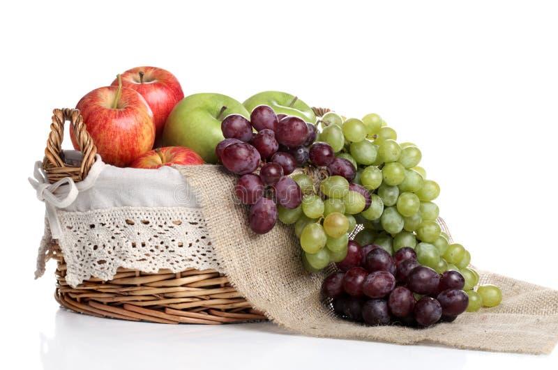 Korb Voll Der Äpfel Und Der Saftigen Trauben Stockfotografie