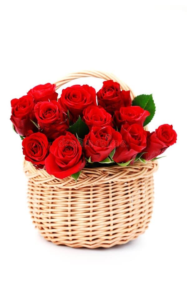 Download Korb voll der roten Rosen stockbild. Bild von reinheit - 12203525