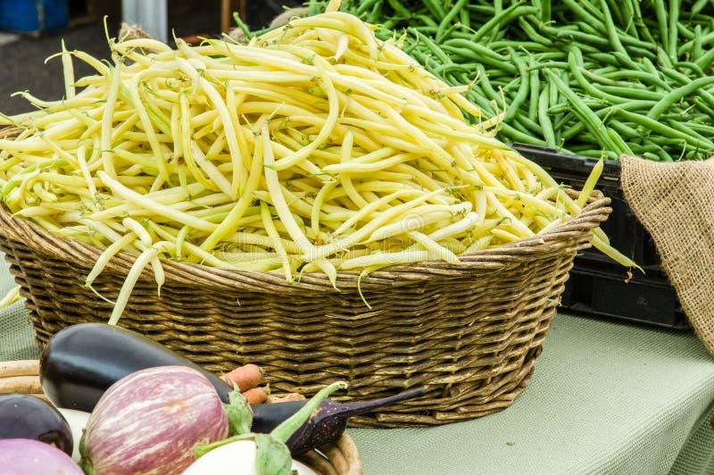 Korb von gelben Brechbohnen lizenzfreies stockfoto
