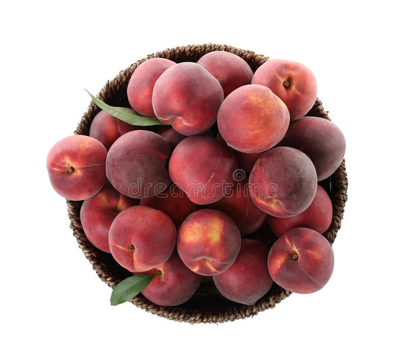 Korb von köstlichen reifen Pfirsichen auf weißer, Draufsicht lizenzfreie stockbilder