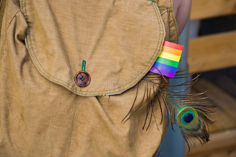 Kordsamt bagpack mit einer homosexuellen Regenbogenflagge lizenzfreie stockbilder