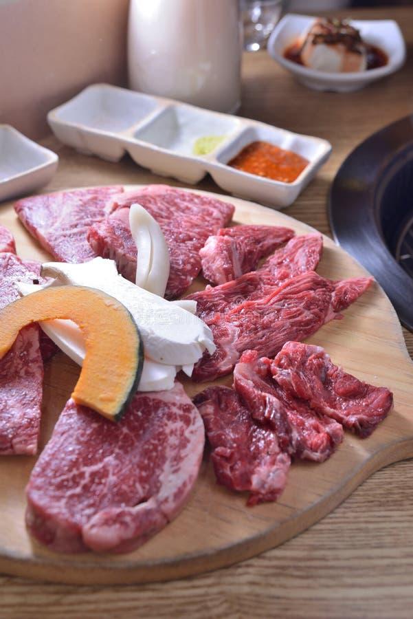 Koreańczyka BBQ wołowiny plasterka chłodny surowy półmisek obrazy stock