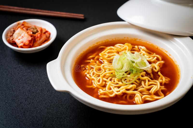 koreańscy korzenni natychmiastowi kluski z kimchi obraz stock