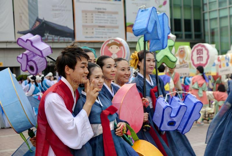 Koreańscy młodzi ludzie świętuje Lotosowego Latarniowego Fest fotografia stock