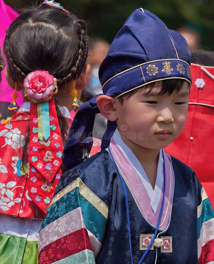 Koreańska chłopiec i dziewczyna Uczestniczymy w Kulturalnym świętowaniu zdjęcia stock