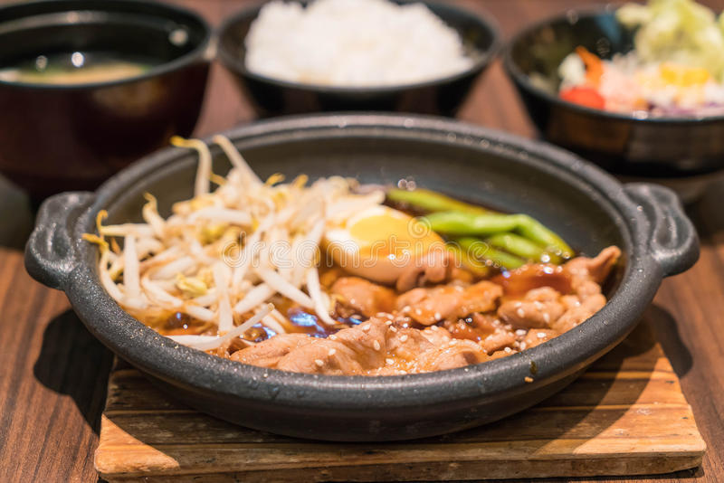 Koreańska korzenna bbq wieprzowina słuzyć na gorącym talerzu fotografia stock