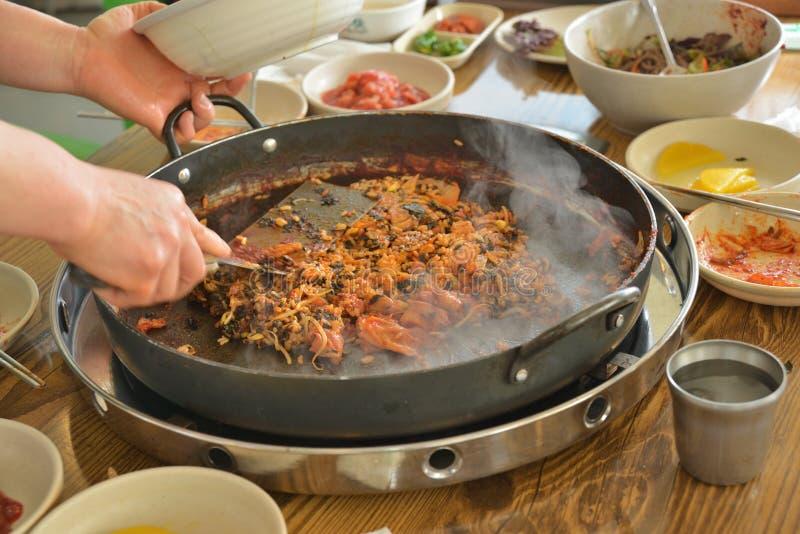 Koreańska niecka smażący ryżowy chłodny garnek obrazy stock