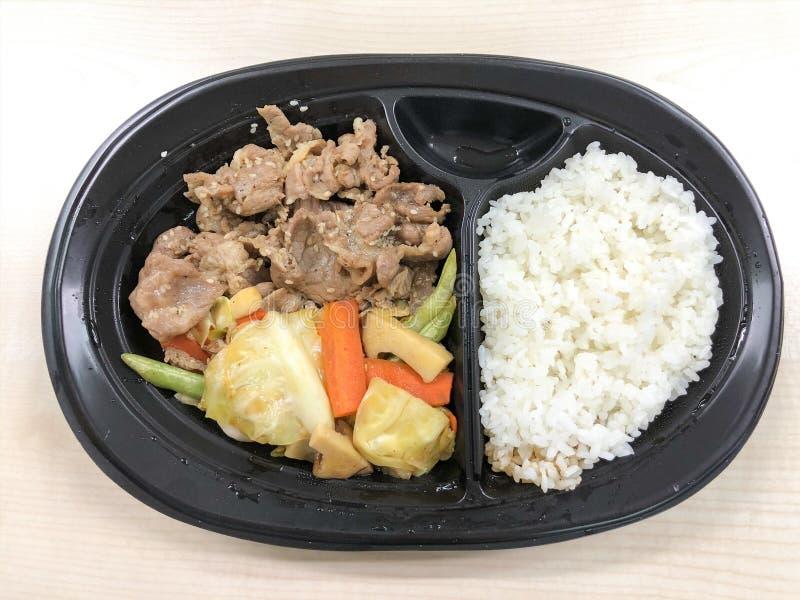 Koreańska wieprzowina z ryż w karmowym zbiorniku fotografia stock