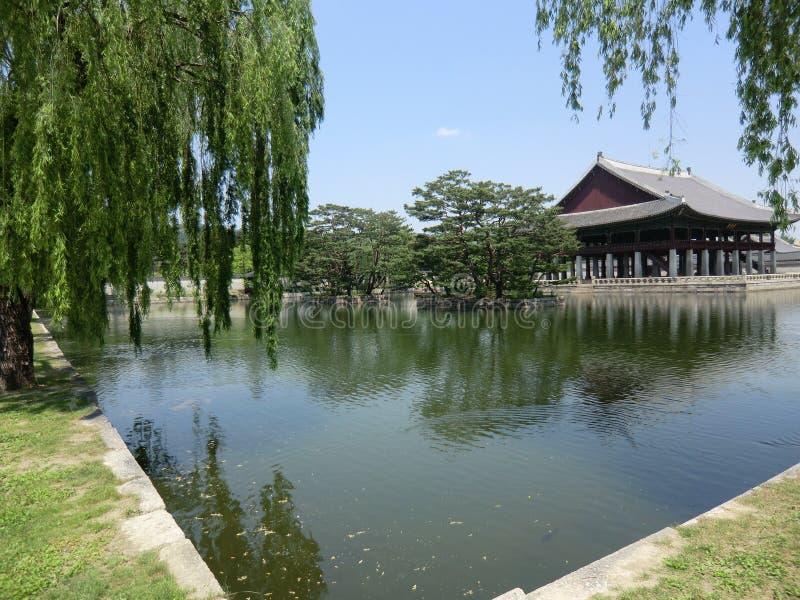 Koreański jezioro Z pałac i Płacze Wierzbowymi drzewami fotografia stock